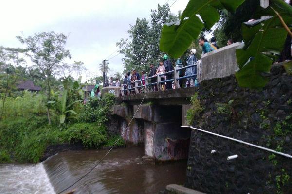 Sejumlah warga berdatangan ke Sungai Sempor di Turi, Sleman. Lokasi ini tenggelamnya siswa SMPN 1 Turi, Jumat (21/2/2020). - Hafit Yudi Suprobo
