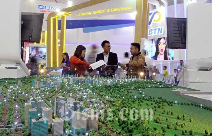 Pengunjung mencari informasi mengenai kredit hunian dalam pameran Indonesia Properti Expo 2020 di Jakarta, Selasa (18/2/2020). Bisnis - Arief Hermawan P