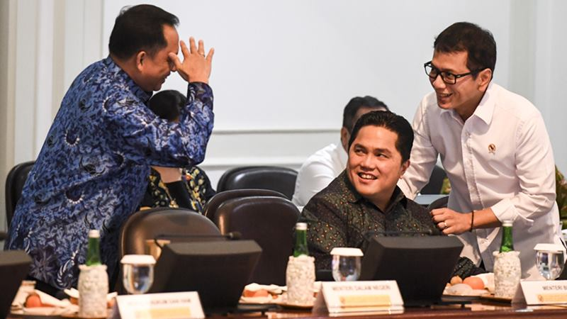 Menteri Parekraf Wishnutama Kusubandio (kanan) berbincang dengan Menteri BUMN Erick Thohir (tengah) dan Mendagri Tito Karnavian (kiri) sebelum mengikuti rapat terbatas (ratas) tentang peningkatan peringkat pariwisata Indonesia di Kantor Presiden, Jakarta, Senin (17/2/2020). -  ANTARA / Hafidz Mubarak A