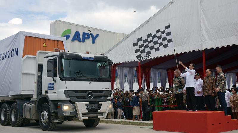 Presiden Joko Widodo mengibarkan bendera saat melepas keberangkatan truk kontainer berisi serat rayon untuk diekspor ke Turki sebanyak 10.190 ton, di pabrik Asia Pacific Rayon (APR), Kabupaten Pelalawan, Riau, Jumat (21/2/2020). -  ANTARA / FB Anggoro.