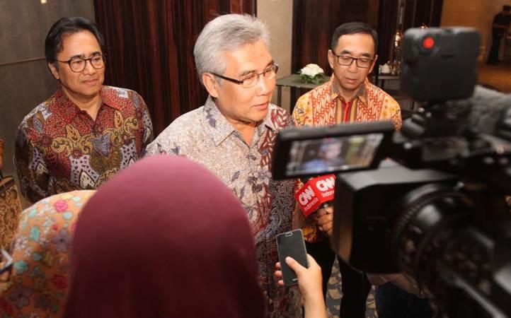 Kepala Eksekutif Pengawasan Industri Keuangan Non-Bank OJK Riswinandi (tengah) bersama Ketua Umum Asosiasi Perusahaan Pembiayaan Indonesia (APPI) Suwandi Wiratno (kanan), dan Sekretaris Jenderal APPI Sigit Sembodo (tengah), menjawab pertanyaan wartawan, usai peresmian sistem registrasi aset pembiayaan industri di Indonesia, di Jakarta, Jumat (25/1/2019). - Bisnis/Endang Muchtar