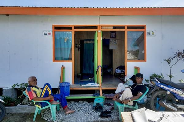 Penyintas gempa bumi dan likuifaksi bersantai di depan Hunian Sementara (Huntara) yang dibangun oleh Aksi Cepat Tanggap (ACT) di Kelurahan Duyu, Palu, Sulawesi Tengah, Minggu (6/1/2019). - ANTARA/Basri Marzuki