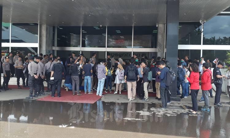 Suasana kepanikan terlihat di depan Gedung Nusantara III DPR setelah kepulan asap tebal menyebar dari Lantai II, Senin (24/2/2020). JIBI - Bisnis/John Andi Oktaveri