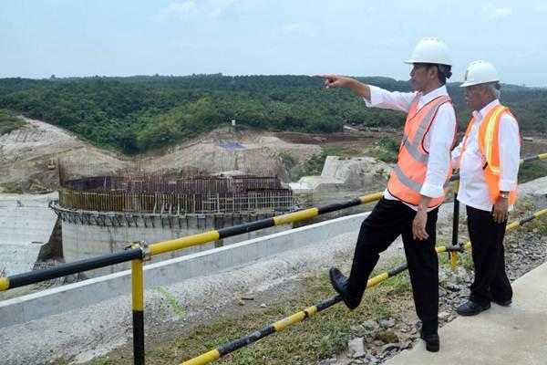 Presiden Joko Widodo (kiri) didampingi Menteri PUPR Basuki Hadimuljono meninjau proyek pembangunan Bendungan Karian, di Kabupaten Lebak, Banten, Rabu (4/10). - Kementerian Sekretariat Negara