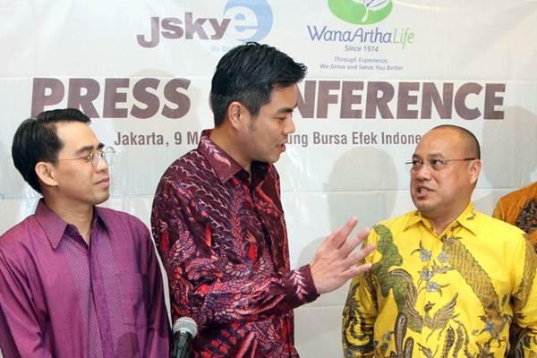 Direktur Utama PT Sky Energy Indonesia (JSKY) Jackson Tandiono (kedua kiri) didampingi Investor Relation Theodorus Halim (kiri) berbincang dengan Dirut PT Asuransi Jiwa Adisarana Wana Artha (WanaArtha Life) Yanes Matulatuwa, sebelum konferensi pers, di Jakarta, Rabu (9/5/2018). - JIBI/Endang Muchtar