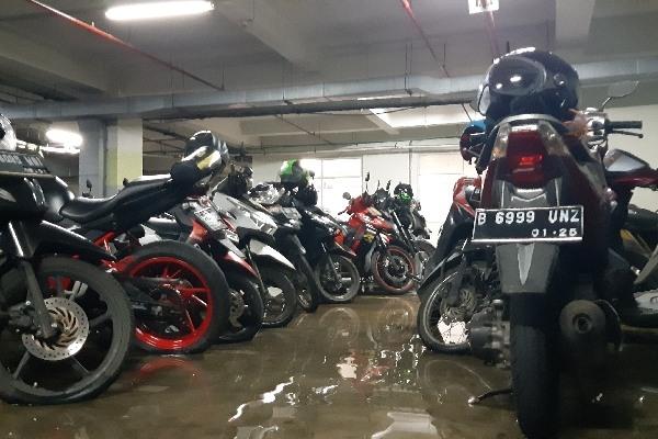 Kondisi tempat parkir motor RSCM pascaterendam banjir akibat hujan lebat yang mengguyur Jakarta sejak Sabtu (22/2/2020) hingga Senin (24/2/2020). Bisnis - Aziz Rahardiyan