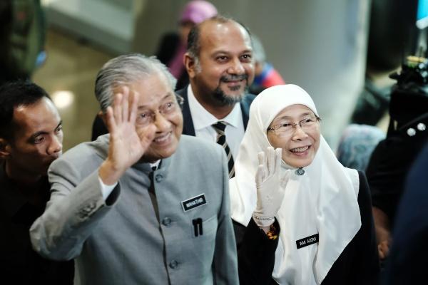 Perdana Menteri (PM) Malaysia Mahathir Mohamad (kedua kiri) dan Deputi PM Malaysia Wan Azizah Wan Ismail (kanan) melambaikan tangan di sela-sela perayaan 1 tahun pemerintahan koalisi Pakatan Harapan di Putrajaya, Malaysia, Kamis (9/5/2019). - Bloomberg/Samsul Said