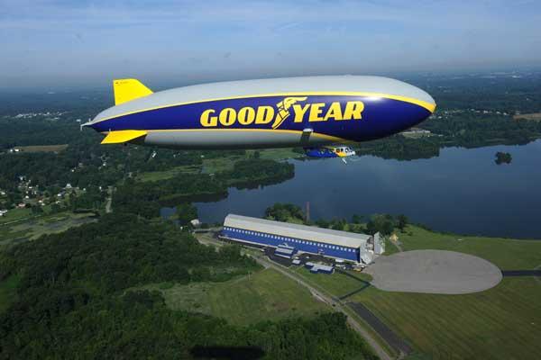 Balon promosi Goodyear di atas pabrik ban.  - goodyear.