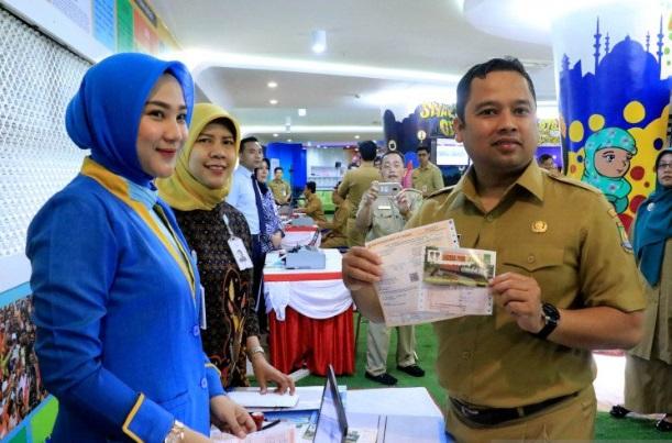 Wali Kota Tangerang Arief R Wismansyah melakukan pembayaran pajak dalam rangka panutan pajak. - Antara