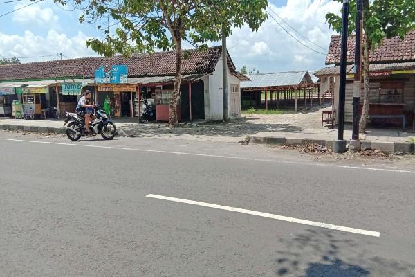 Seorang pengendara sepeda motor melintas di depan bekas pasar darurat selama Pasar Playen diperbaiki, Senin (24/2/2020). - Harian Jogja/David Kurniawan