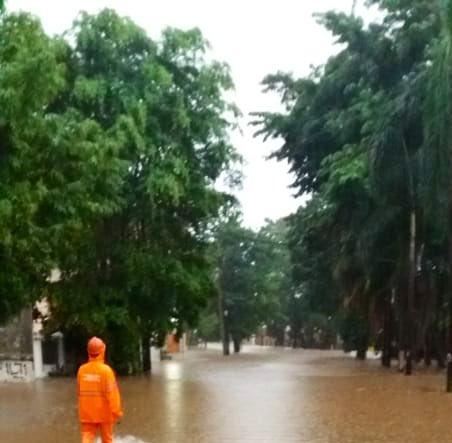 Banjir 90 cm di Jl. Mabes Hankam, Jakarta Timur, sementara tidak bisa dilintasi semua jenis ranmor. - Twitter Polda Metro Jaya
