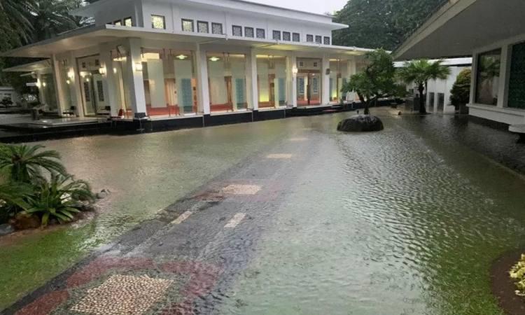 Hujan dengan intensitas tinggi yang berlangsung sejak Selasa (24/2/2020) hingga Rabu (25/2/2020) menyebabkan beberapa wilayah di Jakarta mengalami banjir, termasuk di kawasan istana kepresidenan JakartanJakarta. - Antara\n\n