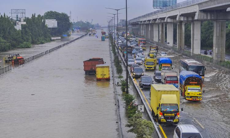 Sejumlah kendaraan terjebak kemacetan saat tol Jakarta-Cikampek banjir di Jatibening, Bekasi, Jawa Barat, Selasa (25/2/2020). Curah hujan yang tinggi dan drainase yang buruk membuat sejumlah ruas tol Jakarta-Cikampek terendam banjir. - Antara