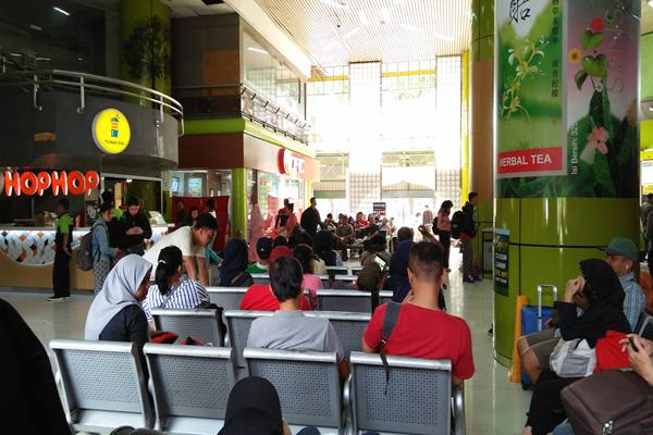 Pemudik pengguna jasa kereta api mengantre di Stasiun Gambir, Jakarta, Selasa (12/6). Selama masa angkutan lebaran 2018 tanggal 5 - 11 Juni, sekitar 120.091 penumpang sudah diberangkatkan dari Stasiun Gambir. - Antara