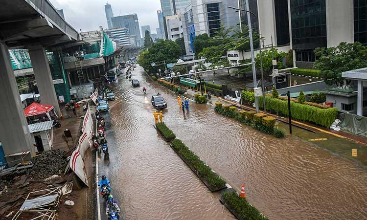 Kendaraan melintasi banjir yang menggenangi di Jalan H. R. Rasuna Said, Kuningan, Jakarta, Selasa (25/2/2020). Hujan deras sejak Senin dini hari membuat sejumlah daerah di Ibu Kota tergenang banjir. ANTARA FOTO/Galih Pradipta - foc.
