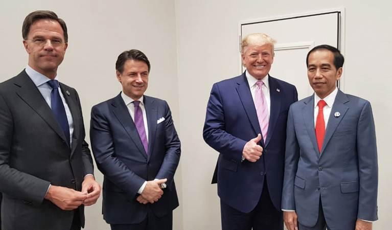Presiden Joko Widodo (kanan) bersama Presiden Amerika Serikat Donald Trump (kedua kanan) di sela-sela menghadiri KTT G20, di Osaka, Jepang, Jumat (28/6/2019). - Istimewa
