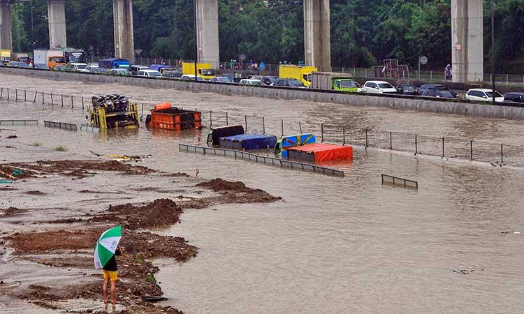 Sejumlah truk terendam banjir di tol Jakarta-Cikampek banjir Jatibening, Bekasi, Jawa Barat, Selasa (25/2/2020). Curah hujan yang tinggi dan drainase yang buruk membuat sejumlah ruas tol Jakarta-Cikampek terendam banjir. ANTARA FOTO/Fakhri Hermansyah - foc.