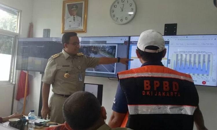 Gubernur DKI jakarta Anies Baswedan mengecek ketinggian air di berbagai pintu air lainnya secara live melalui monitor di Pos Pantau Pintu Air Manggarai, Selasa (25/2/2020). - Antara