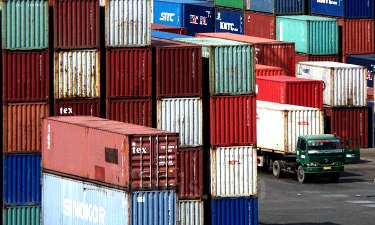 Truk melintas di kawasan pelabuhan peti kemas Jakarta International Container Terminal (JICT) di Jakarta, Kamis (19/12/2019). Bisnis - Himawan L Nugraha