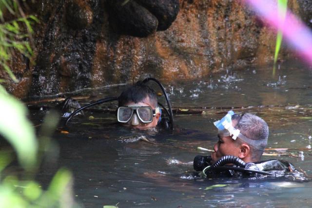 Anggota TNI AL menyelam untuk mencari korban hanyut akibat susur sungai di aliran Sungai Sempor, Mantaran, Trimulyo, Sleman, Sabtu (22/02/2020). - Harian Jogja/Desi Suryanto