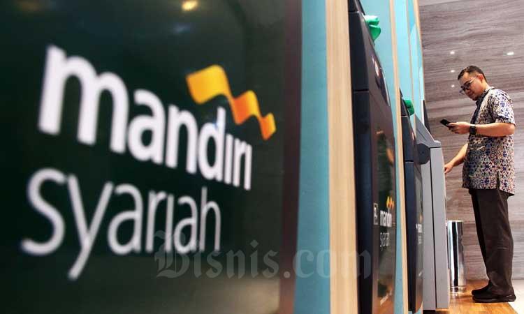 Nasabah melakukan transaksi perbankan di anjungan tunai mandiri Bank Mandiri Syariah, Jakarta, Minggu (24/2/2020). Bisnis - Triawanda Tirta Aditya