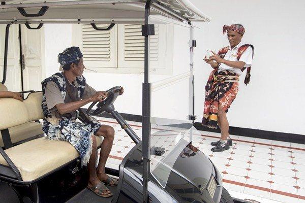 Anggota Aliansi Masyarakat Adat Nusantara (AMAN) berfoto di mobil golf usai pertemuan dengan Presiden Joko Widodo, di Istana Negara, Jakarta, Rabu (22/3). - Antara/Rosa Panggabean
