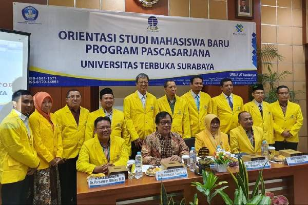 Foto bersama Direktur UT UPBJJ Surabaya Dr.Suparti, M.Pd(dua dari kanan), Warek III, Dr. Muhammad Yunus, MA beserta narasumber dan para mahasiswa Pascasarjana acara OSMB yang digelar di Kantor UPBJJ UT Surabaya Kampus C Unair.