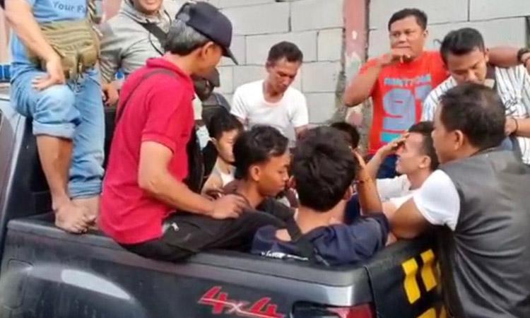 Polisi mengangkut delapan remaja diduga sebagai dalang usai kericuhan di Mall AEON, Cakung, Jakarta Timur, Selasa (25/2/2020). - Antara/Andi Firdaus)