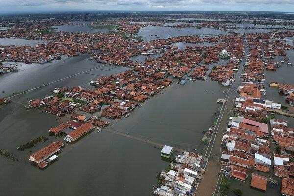 Foto udara kondisi permukiman warga yang tergenang banjir di Pekalongan, Jawa Tengah, Selasa (25/2/2020). Menurut Badan Penanggulangan Bencana Daerah (BPBD) Kota Pekalongan, banjir yang merendam empat kecamatan di Pekalongan itu mulai surut dengan warga terdampak banjir sebanyak 14.000 jiwa. - Antara/Harviyan Perdana Putra