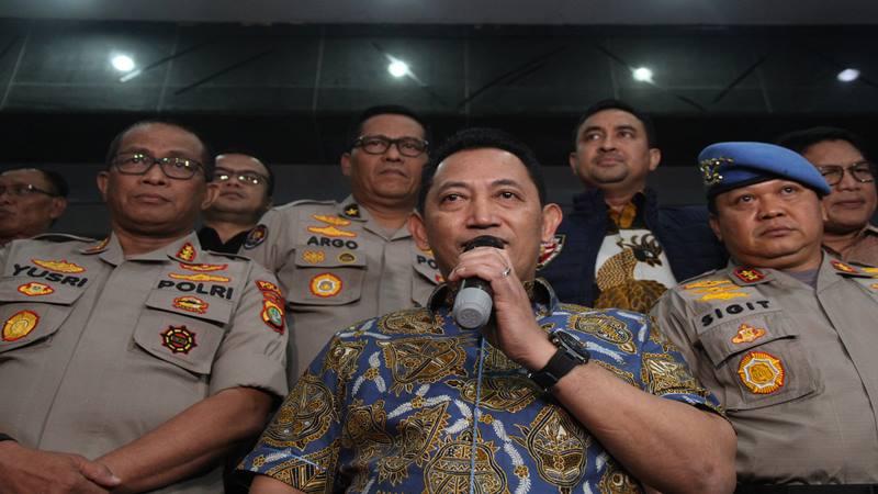 Kepala Badan Reserse Kriminal (Kabareskrim) Polri Komjen Pol Listyo Sigit Prabowo (tengah) memberikan keterangan pers di Polda Metro Jaya, Jakarta, Jumat (27/12/2019). - Antara