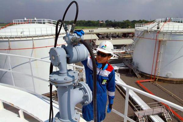 Petugas Pertamina melakukan pemeriksaan rutin di Depot Pengisian Pesawat Udara (DPPU) Juanda, Sidoarjo, Jatim. - JIBI/Wahyu Darmawan