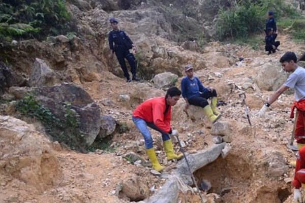 Ilustrasi: Penutupan lokasi tambang ilegal di Gunung Pongkor (21/9/2015). - Antara/Jafkhairi