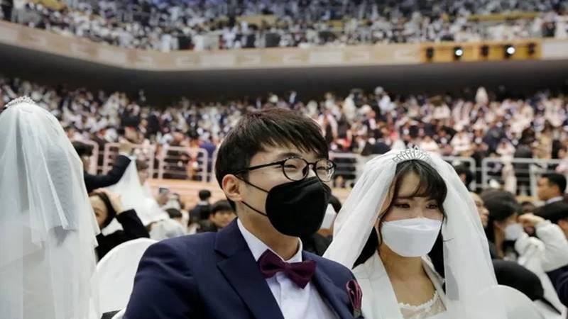 Ratusan pasangan peserta nikah massal mengenakan masker untuk mencegah wabah virus corona saat acara nikah massal di Unification Church at Cheongshim Peace World Centre, Gapyeong, Korea Selatan, Jumat (7/2/2020). - Antara
