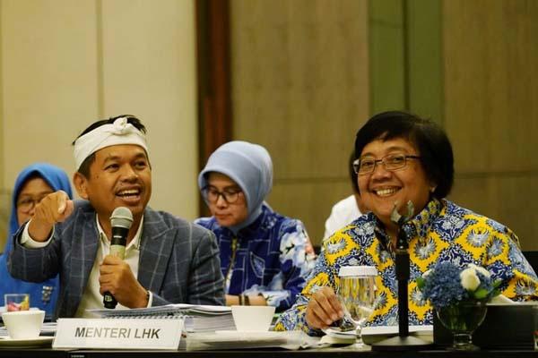 Menteri Lingkungan Hidup dan Kehutanan (KLHK) Siti Nurbaya Bakar (kanan) bersama Wakil Ketua Komisi IV DPR Dedi Mulyadi mengikuti acara Focus Group Discussion (FGD) di Jakarta, Rabu (26/2/2020). - Istimewa