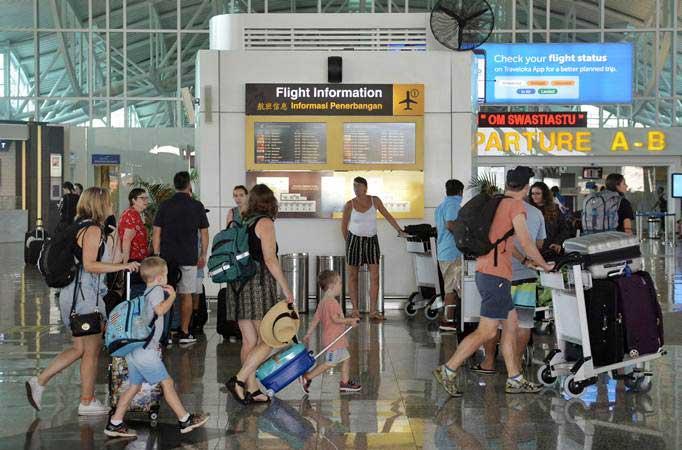 Calon penumpang pesawat berada di kawasan Terminal Internasional Bandara Internasional I Gusti Ngurah Rai, Bali, Rabu (6/3/2019). - ANTARA/Fikri Yusuf