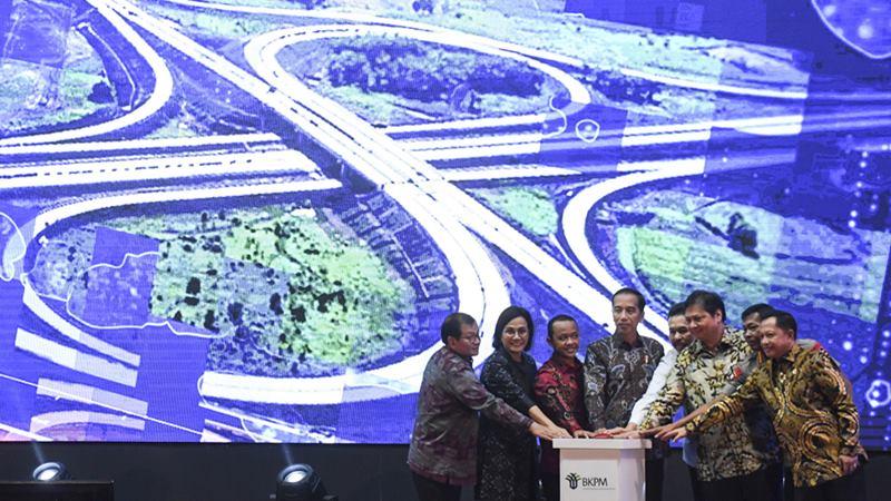 Presiden Joko Widodo (keempat kiri) bersama Kepala BKPM Bahlil Lahadalia (ketiga kiri), Menko Perekonomian Airlangga Hartarto (ketiga kanan), Menteri Keuangan Sri Mulyani (kedua kiri), Mendagri Tito Karnavian (kanan), Jaksa Agung ST Burhanuddin (keempat kanan), Kapolri Jenderal Pol Idham Aziz (kedua kanan) dan Seskab Pramono Anung (kiri) menekan tombol saat membuka Rakornas Investasi 2020 di Jakarta, Kamis (20/2/2020). -  ANTARA / Hafidz Mubarak A\n\n