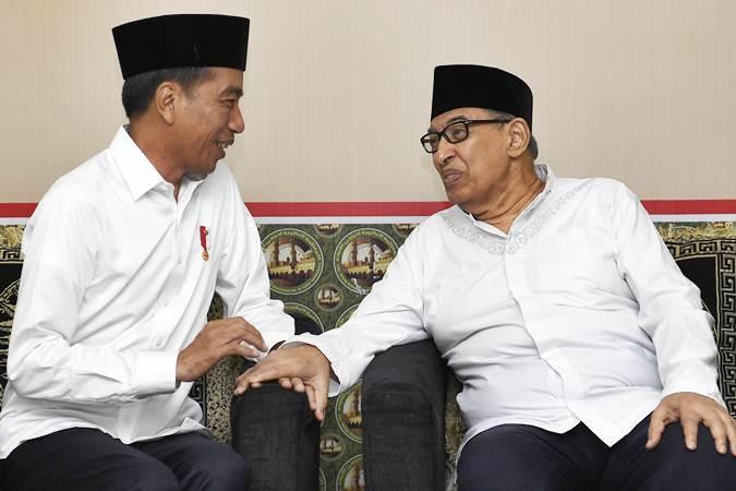 Presiden Joko Widodo (kiri) berbincang dengan Pengurus Pondok Pesantren Bayt Al Quran Prof Quraish Shihab saat berkunjung ke pesantren tersebut di Pamulang, Tangerang Selatan, Banten, Jumat (25/1/2019). - ANTARA/Puspa Perwitasari
