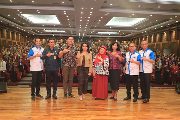Direktur Departemen Kebijakan Sistem Pembayaran, Ameriza M. Moesa (kanan), Kepala Perwakilan Bank Indonesia Provinsi Bali, Trisno Nugroho (dua dari kanan), Dosen Universitas Udayana, Pegawai Bank Indonesia, Ari Trisno Nugroho (keempat, dari kanan) Ketua PKK Kota Denpasar, Ida Ayu Selly Fajarini (keempat dari kanan), Ketua DPD APRINDO Bali, A.A. Ngurah Agung Agra Putra (tiga dari kanan) di Denpasar.