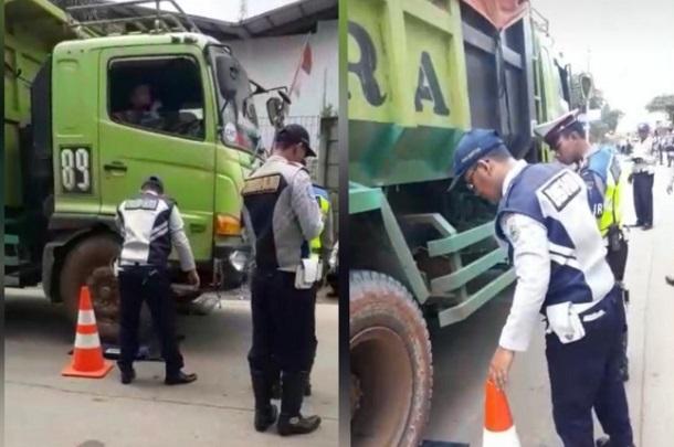 Petugas Dishub Provinsi Banten sedang melakukan razia atau penindakan terhadap truk-truk overtonase yang melintas di jalur Cikande-Rangkasbitung, Kamis. - Antara