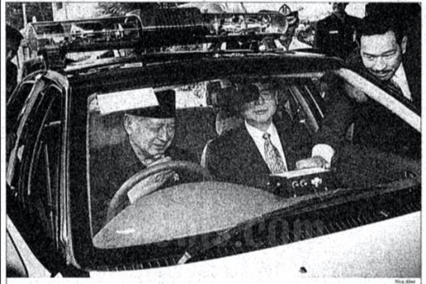 Soeharto tengah mencoba mobil Timor yang diperuntukkan bagi Kepolisian Daerah Metro Jaya, pada Senin (27/2 - 1996) di Gedung Bina Graha, Istana Negara, Jakarta.