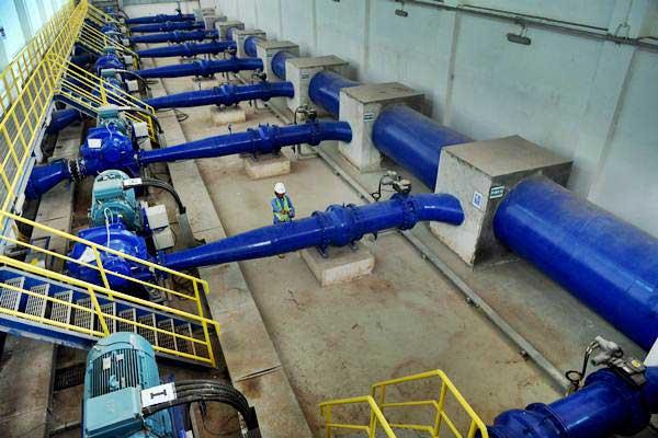 Petugas mengecek pompa utama Sistem Penyediaan Air Minum (SPAM) Umbulan, di Kabupaten Pasuruan, Jawa Timur, Kamis (15/11/2018). - ANTARA/Zabur Karuru
