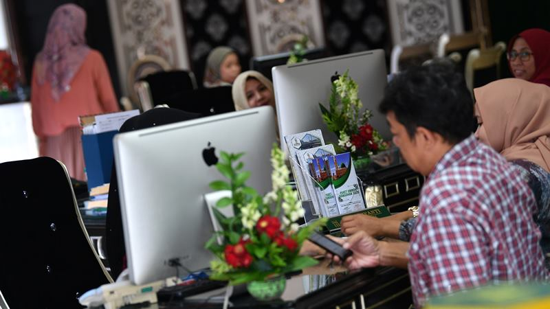 Calon jamaah umrah mencari informasi ibadah umrah di kantor pusat Maktour Travel Umrah dan Haji, Jakarta Timur, Kamis (27/2/2020). -  ANTARA / Sigid Kurniawan