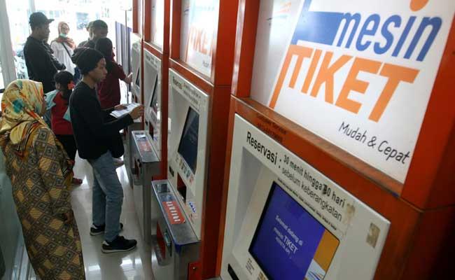 Calon penumpang melakukan pemesanan tiket melalui website PT Kereta Api Indonesia (Persero) (KAI) di Stasiun Pasar Senen, Jakarta, Minggu (16/2/2020). Bisnis - Arief Hermawan P