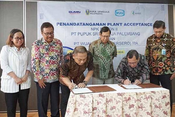 Direktur Utama PT Pusri Palembang Mulyono Prawiro (ketiga dari kanan) menyaksikan penandatanganan Plant Acceptance NPK Fusion II antara Pusri Palembang dengan PT Wijaya Karya (Persero) Tbk. - Istimewa