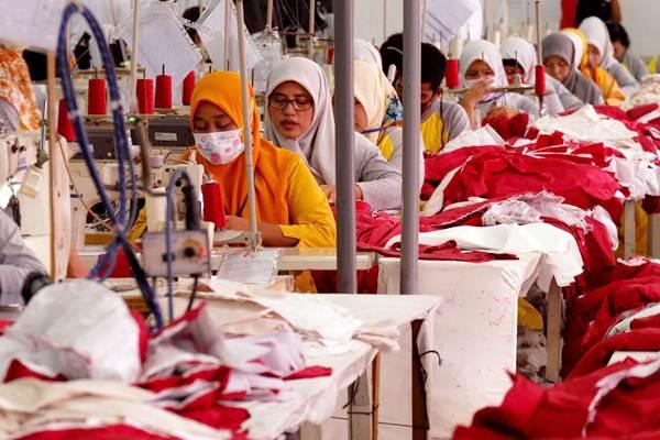 Pekerja menyelesaikan pembuatan pakaian di pabrik garmen PT Citra Abadi Sejati, Bogor, Jawa Barat, Sabtu (8/9/2018). - JIBI/Nurul Hidayat