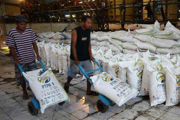 Pekerja mengangkut gula di Pabrik Gula Rendeng, Kudus, Jawa Tengah, Sabtu (10/6). - Antara/Yusuf Nugroho