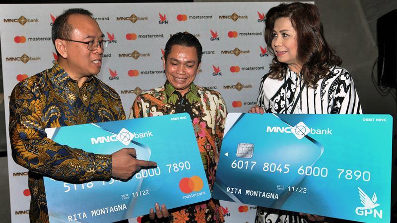 Presiden Direktur MNC Bank Mahdan (tengah) dan Direktur Rita Montagna (kanan) berbincang dengan Direktur Mastercard Indonesia Tommy Singgih, saat peluncuran Kartu Debit MNC Bank, di Jakarta, Kamis (27/2/2020). -  ANTARA / Audy Alwi