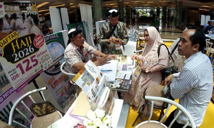 Pengunjung mencari informasi paket perjalanan ibadah umrah pada pameran umrah haji se-Jawa Barat bertajuk Sapuhi Umroh Juara 2020 di Bandung, Jawa Barat, Kamis (27/2/2020). Bisnis - Rachman