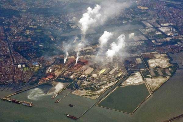 Foto udara kawasan industri yang terdapat di kawasan Pelabuhan Tanjung Perak, Surabaya, Jawa Timur, Senin (8/1). - ANTARA/Ahmad Subaidi
