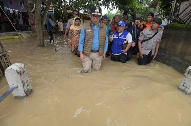 Gubernur Jawa Barat Ridwan Kamil meninjau langsung kondisi banjir di Kecamatan Pamanukan, Kabupaten Subang, Kamis (27/2/2020). - Istimewa
